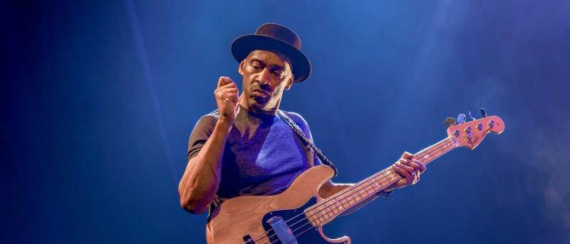 Basikon, producer og komponist Marcus Miller lukker og slukker i Koncertsalen